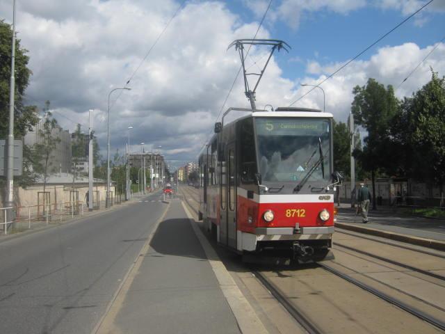 Linka 5 vjíždí do zastávky Vinohradské hřbitovy.