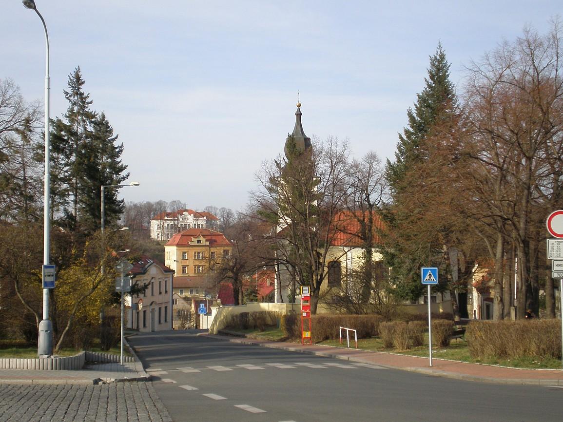 Staré Bohnice, za stromy se skrývá kostel svPetra a Pavla