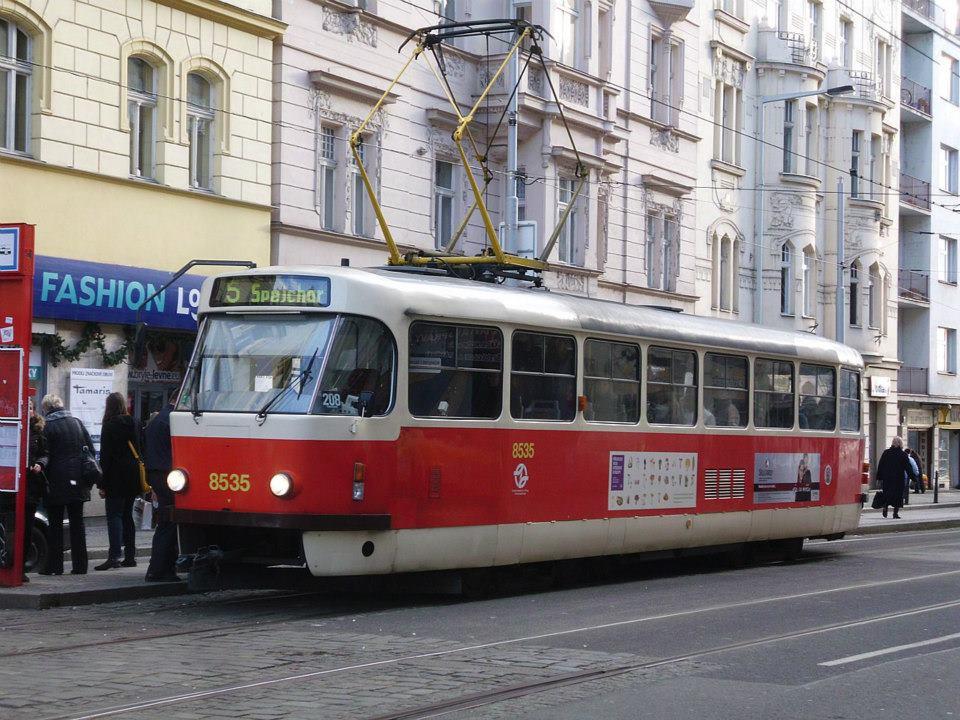 Tramvaj T3R.P. 8535 stanicuje v zastávce Strossmayerovo náměstí. Dost plná, z důvodu že je zimní provoz a linkma 5 má jen jeden vůz.