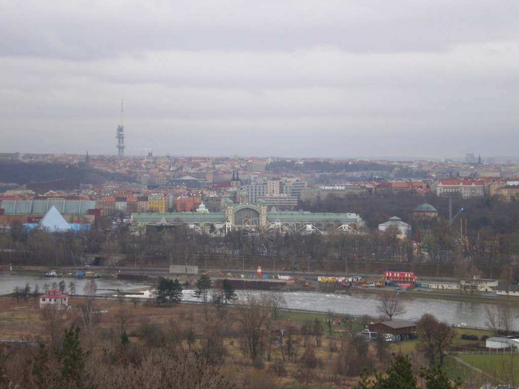 pohled z vyhlídky na Havránce na Prahu (směr JV)