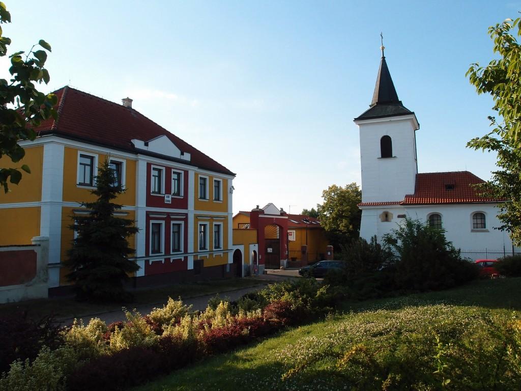 e28 - Řepy náves s kostelíkem svMartina