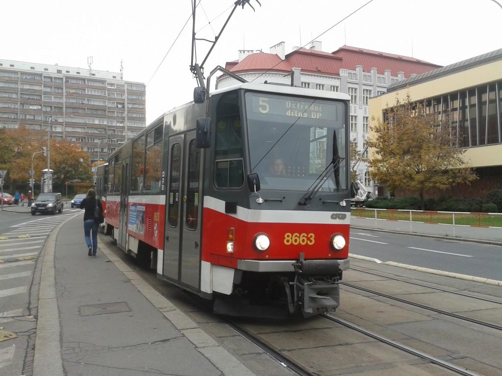Dne 15. 10. 2013 jezdila na jednom z pořadí linky 5 souprava. Souprava vozů T6A5 na Olšanském náměstí.