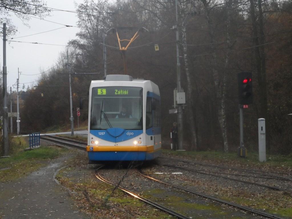 Linka 5 vjíždí do zastávky Zátiší.