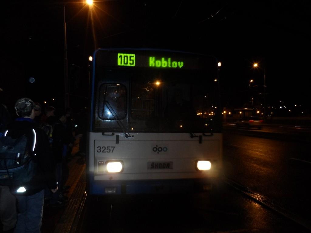 trolejbus na lince 105 ve večerních hodinách