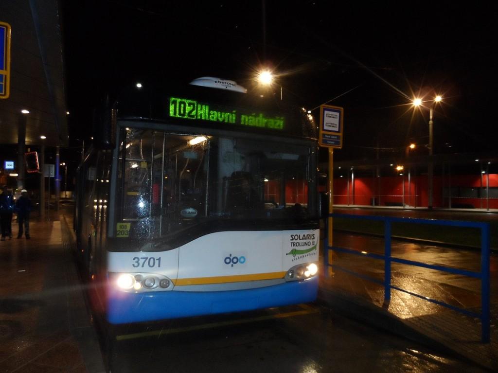 trolejbus na lince 102 ve večerních hodinách