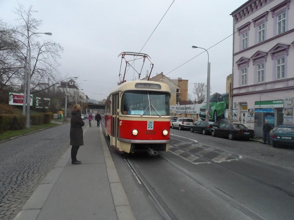 T3 přijíždí do zastávky Plzeňka
