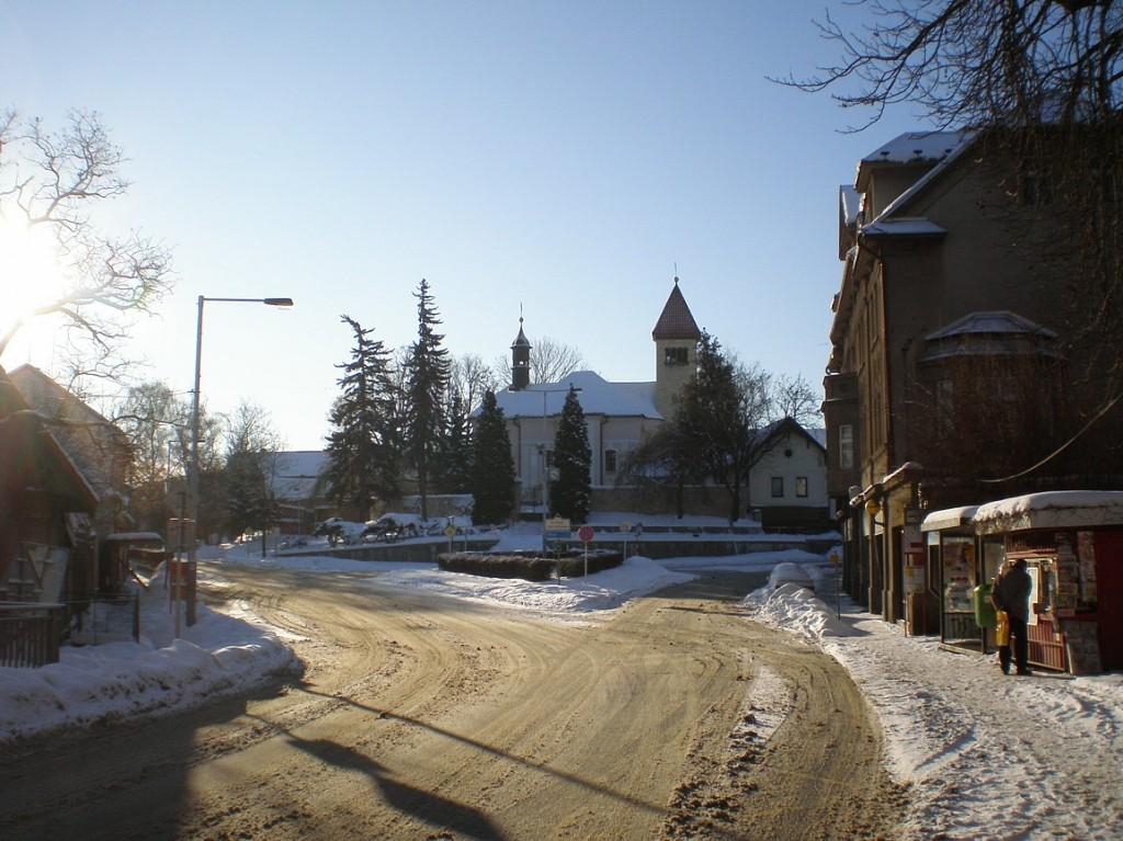 Řeporyjské náměstí s kostelem svPetra a Pavla