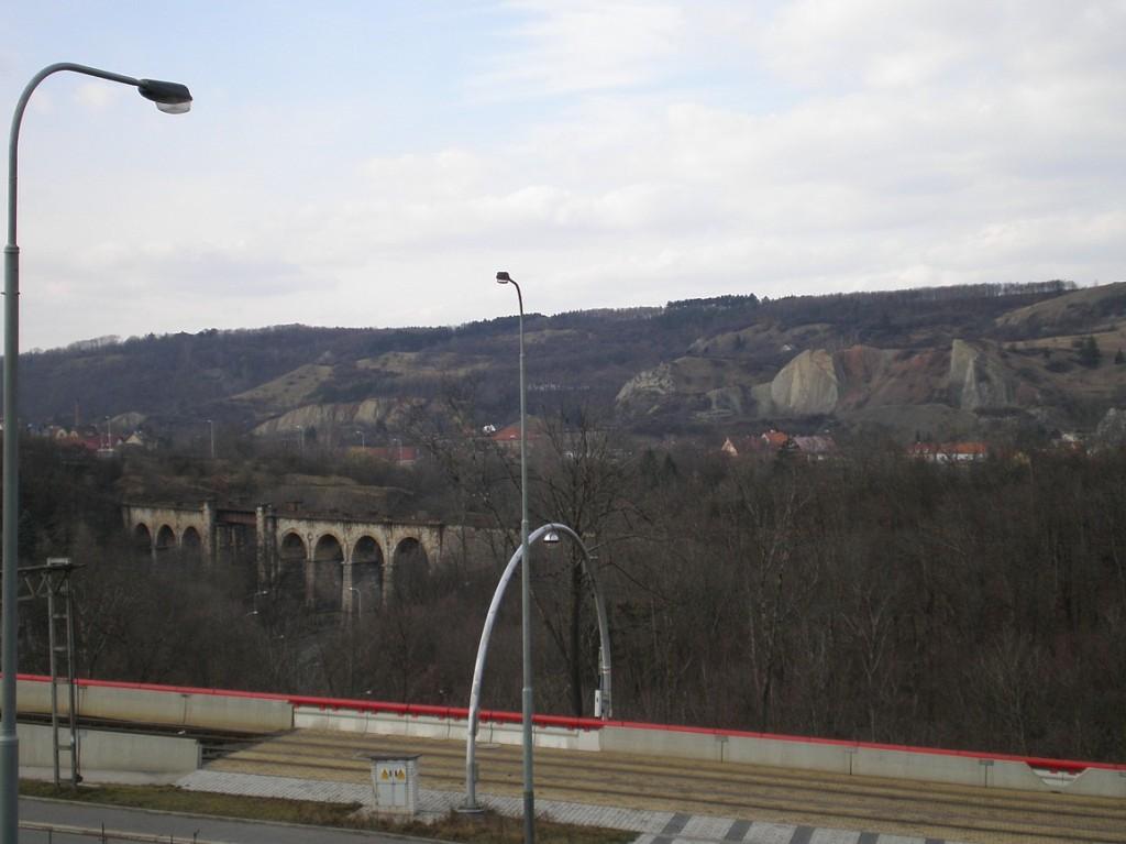 pohled od Teras Barrandov na hlubočepský viadukt a okolí