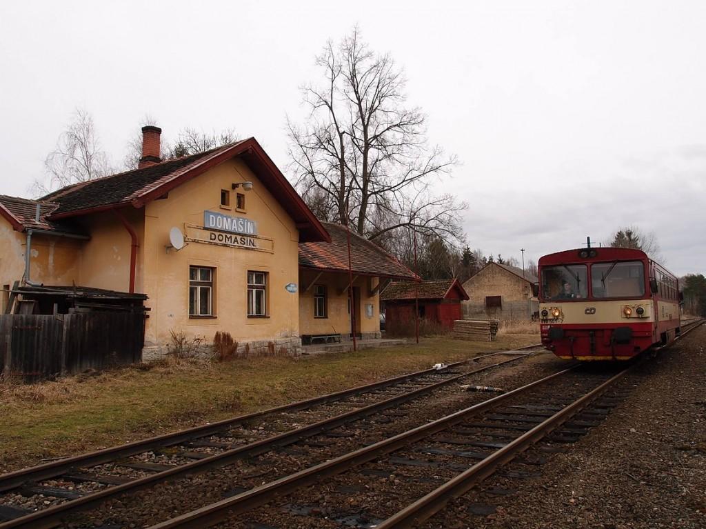 Osobní vlak na trati 222 směr Benešov v zastávce Domašín.