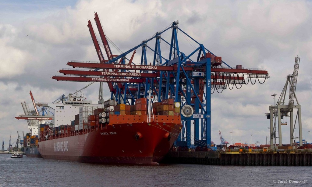 Hamburský přístav, foceno z paluby přívozu č. 62.