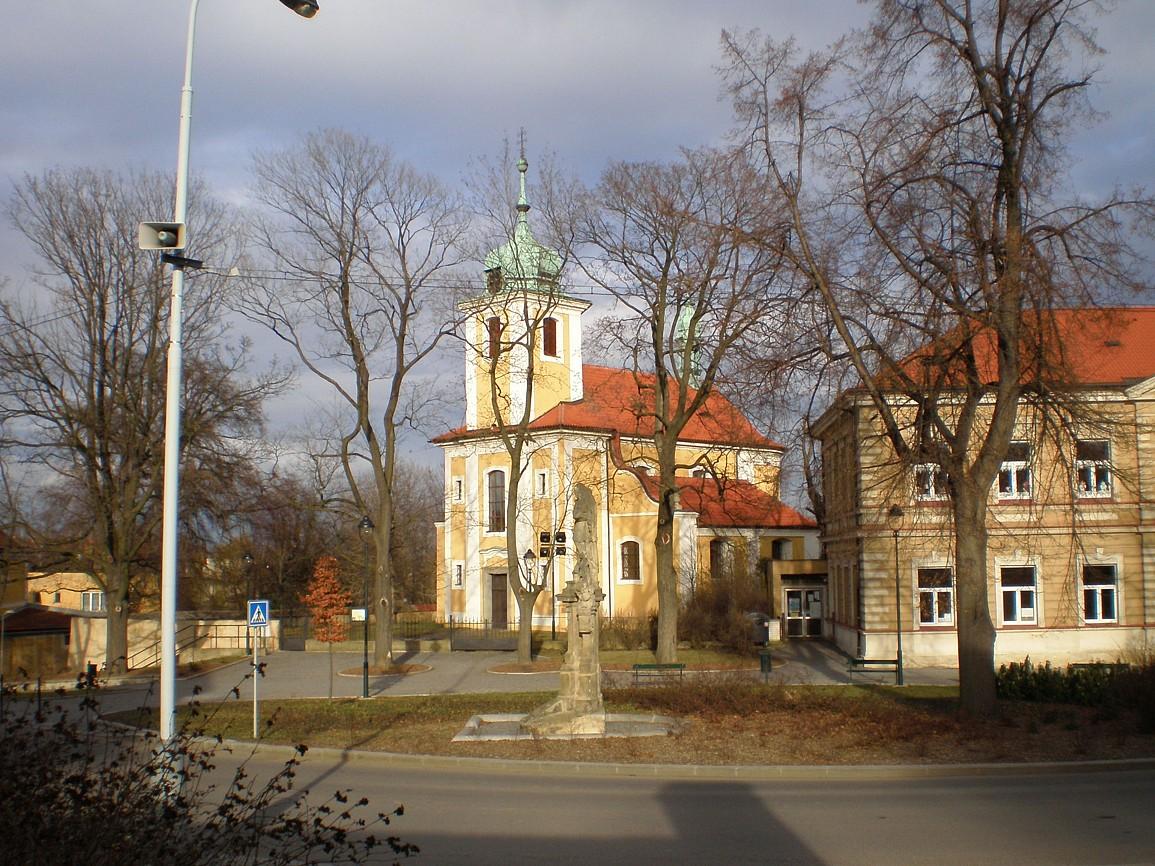 Vinoř - náměstí s kostelem Povýšení svKříže