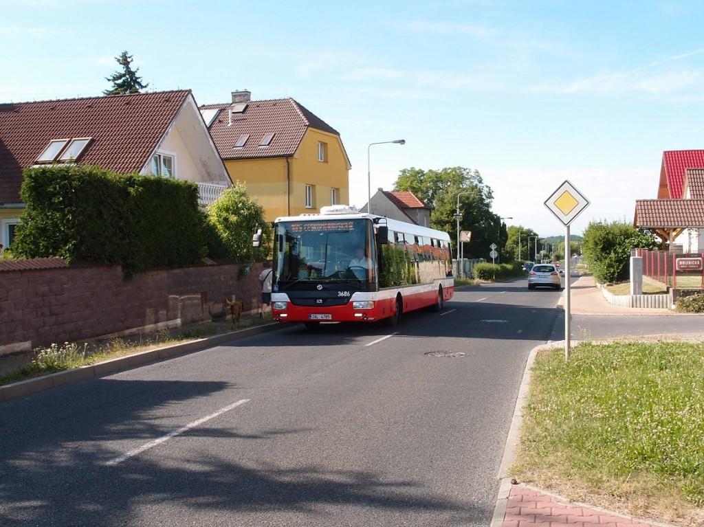 Autobus linky 185 jede ulicí Semilskou ve Kbelích, směřuje po výlukové trase na Českomoravskou.