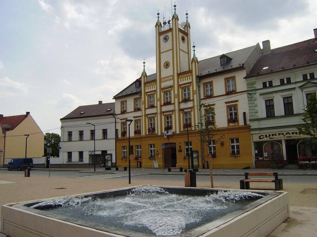 Mšeno - náměstí s kašnou a radnicí