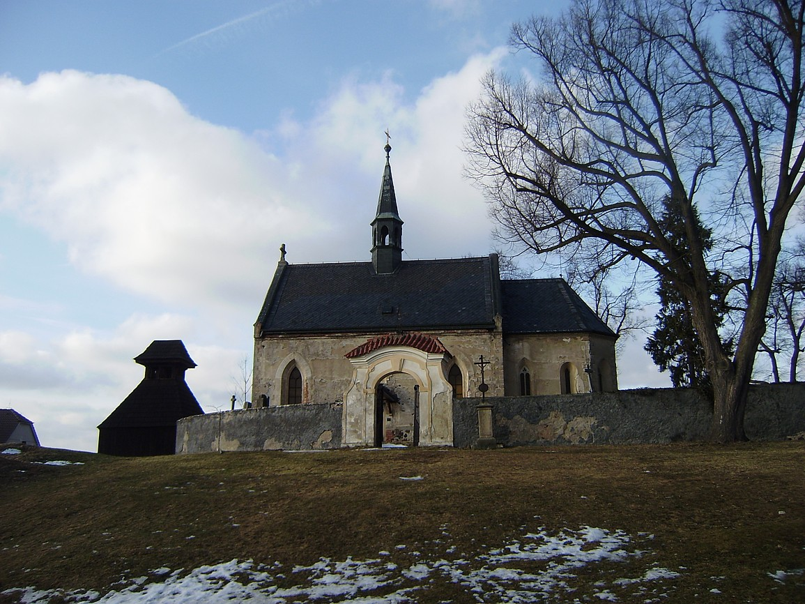 Běleč - kostel svMikuláše se zvonicí