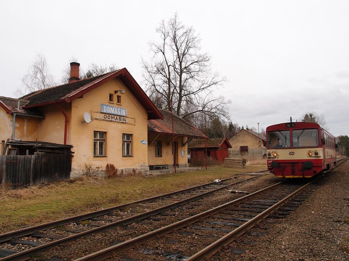vlak na trati 222 v zastávce Domašín