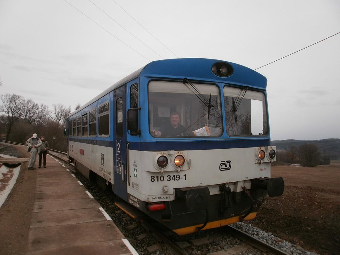 vlak na trati 222 v zastávce Lhota Veselka