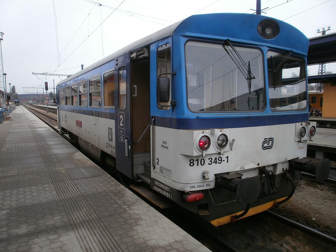 vlak trati 222 ve stanici Benešov