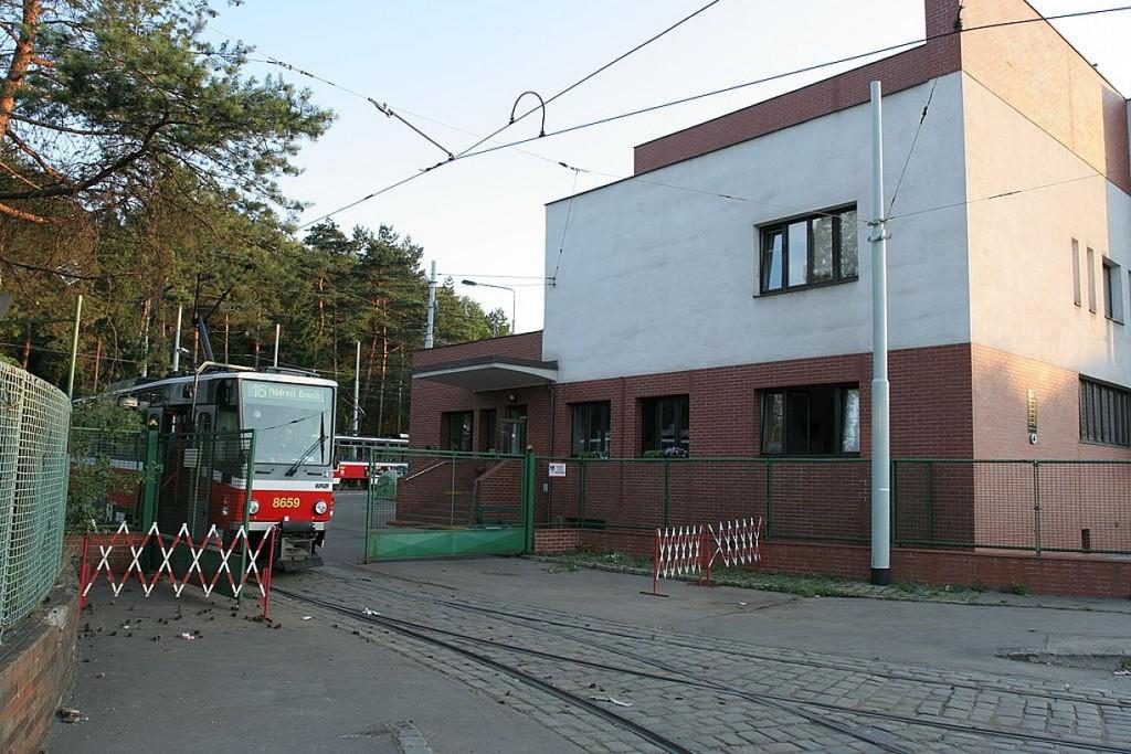 1024px-Praha_Vozovna_Motol_gate