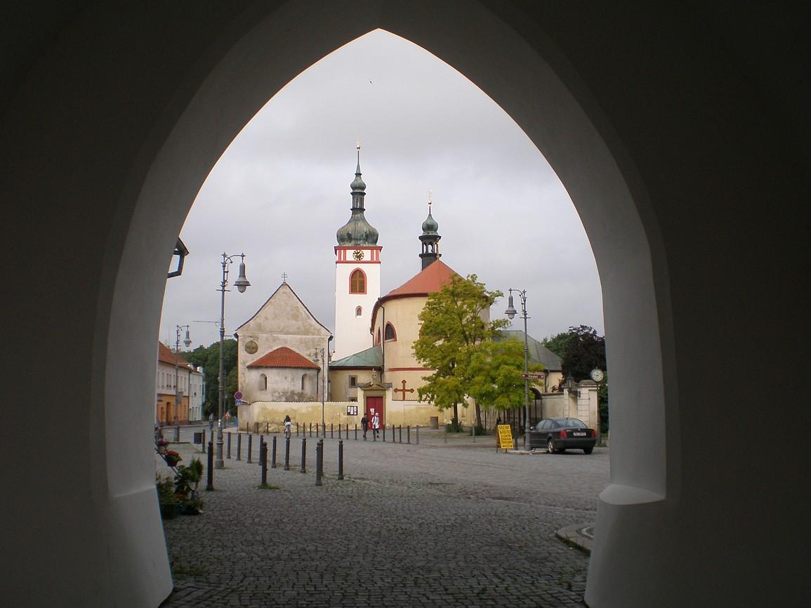 Stará Boleslav - kostely svKlimenta a svVáclava s bus zastávkou U brány