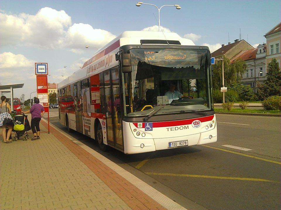 Autobus linky 220035 v zastávce Kladno,,náměstí Svobody