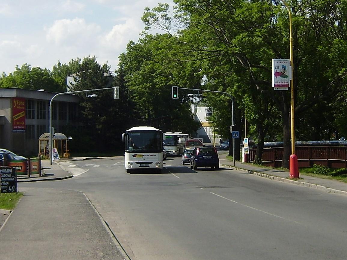 Autobus linky 302097 od Prahy míjí zastávku Příbram,,Československé armády