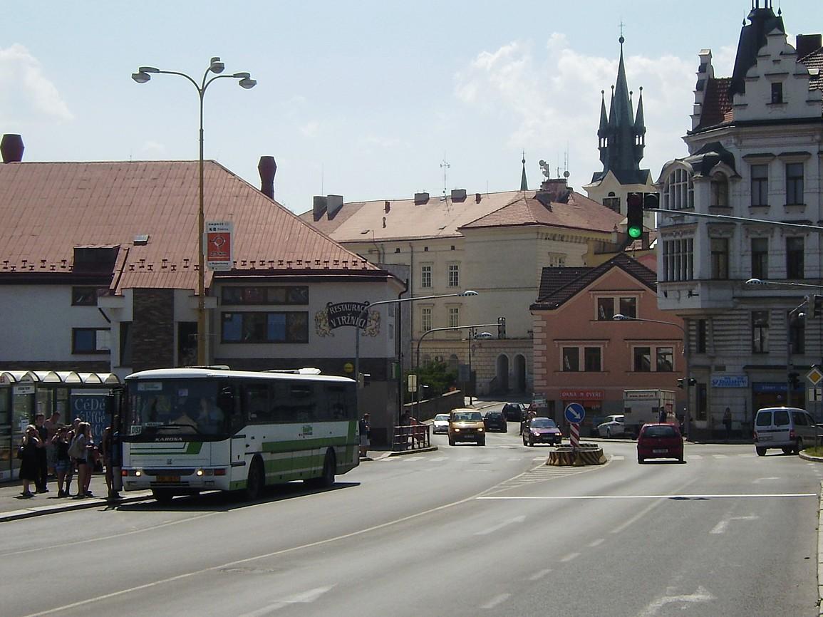 Autobus linky 303097 směr Praha v zastávce Příbram,,Jiráskovy sady