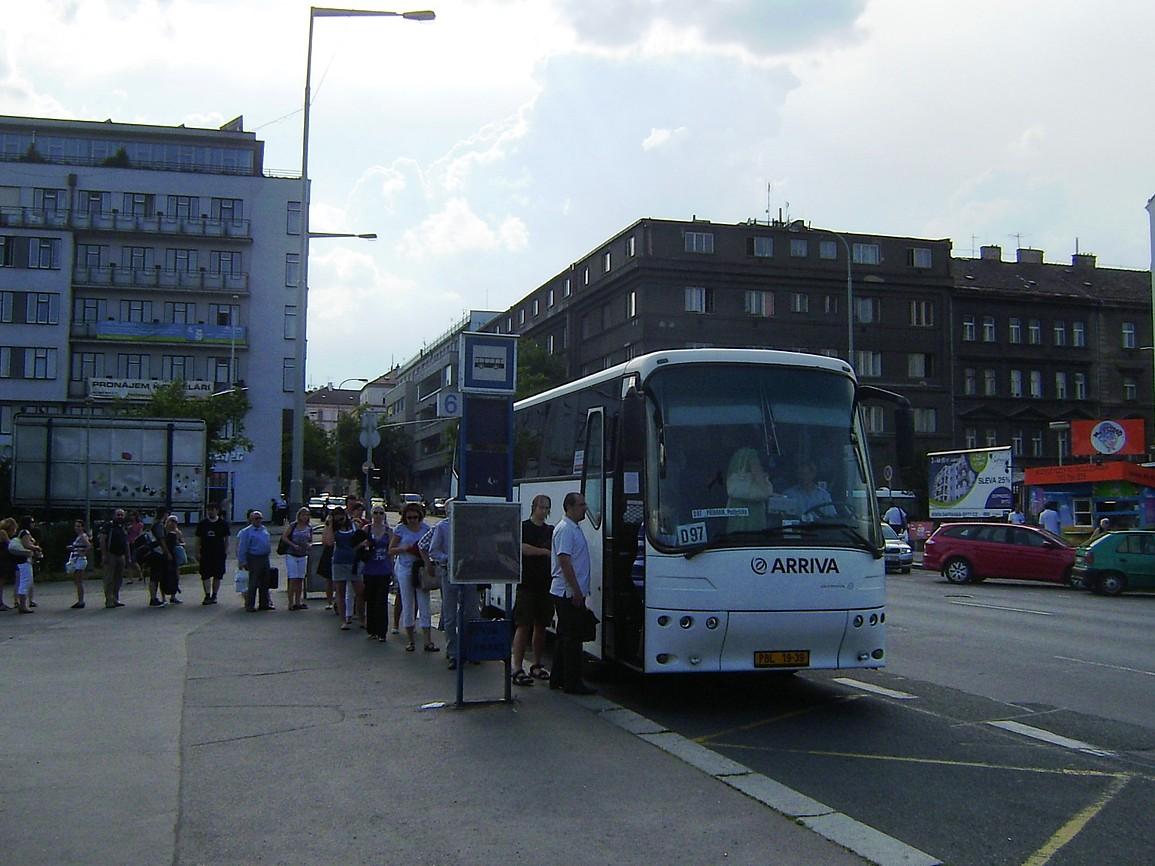 Autobus linky 303097 v nástupní zastávce Praha,,Na Knížecí