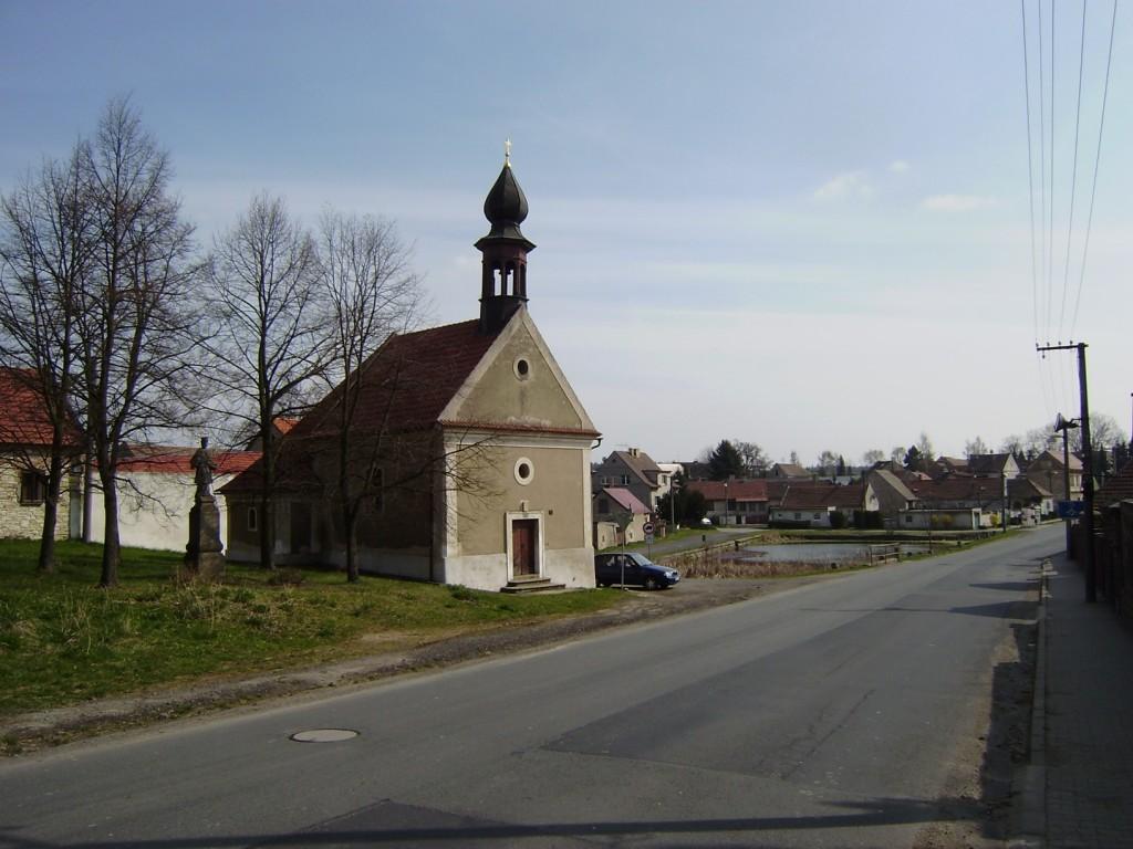 175 - Velká Dobrá - náves s kapličkou