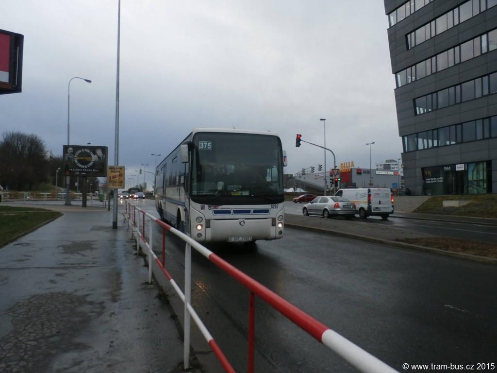 Fotka dne 5. 4. 2015: Na linku 375 budou od 7. dubna 2015 vypravovány výhradně kloubové vozy. Na apríla zachycen autobus Irisbus Ares 15M na Proseku a vůz Karosa C 954 ve Vinoři.