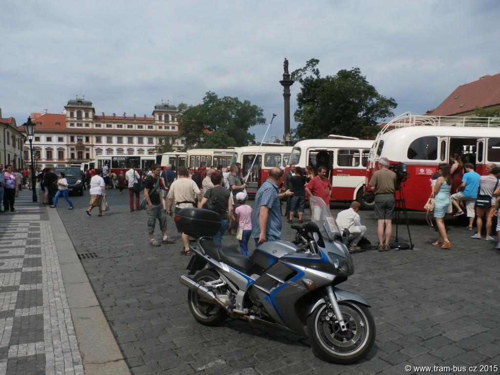 3984-90-let-autobusů-v-Praze-autobusový-průvod-Hradčanské-náměstí.JPG
