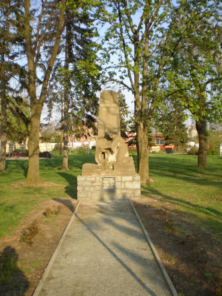 606 - Cholupice - pomník padlým