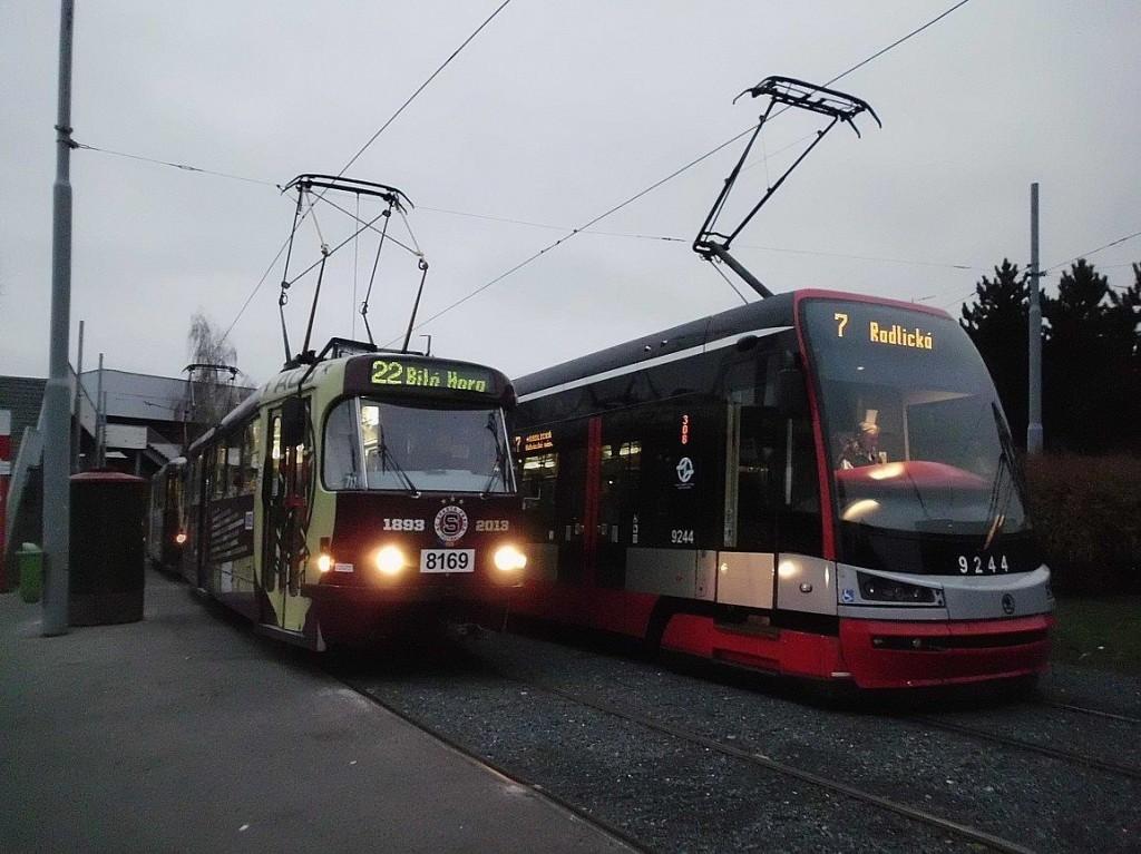 """""""Sparťanská"""" tramvaj T3R.P + 15T při výluce na linkách 22 a 7 ve smyčce Kubánské náměstí."""