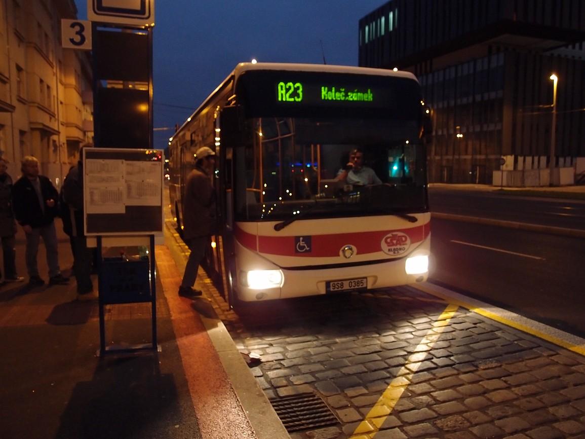 1 - autobus linky 220023 v nástupní zastávce Dejvická