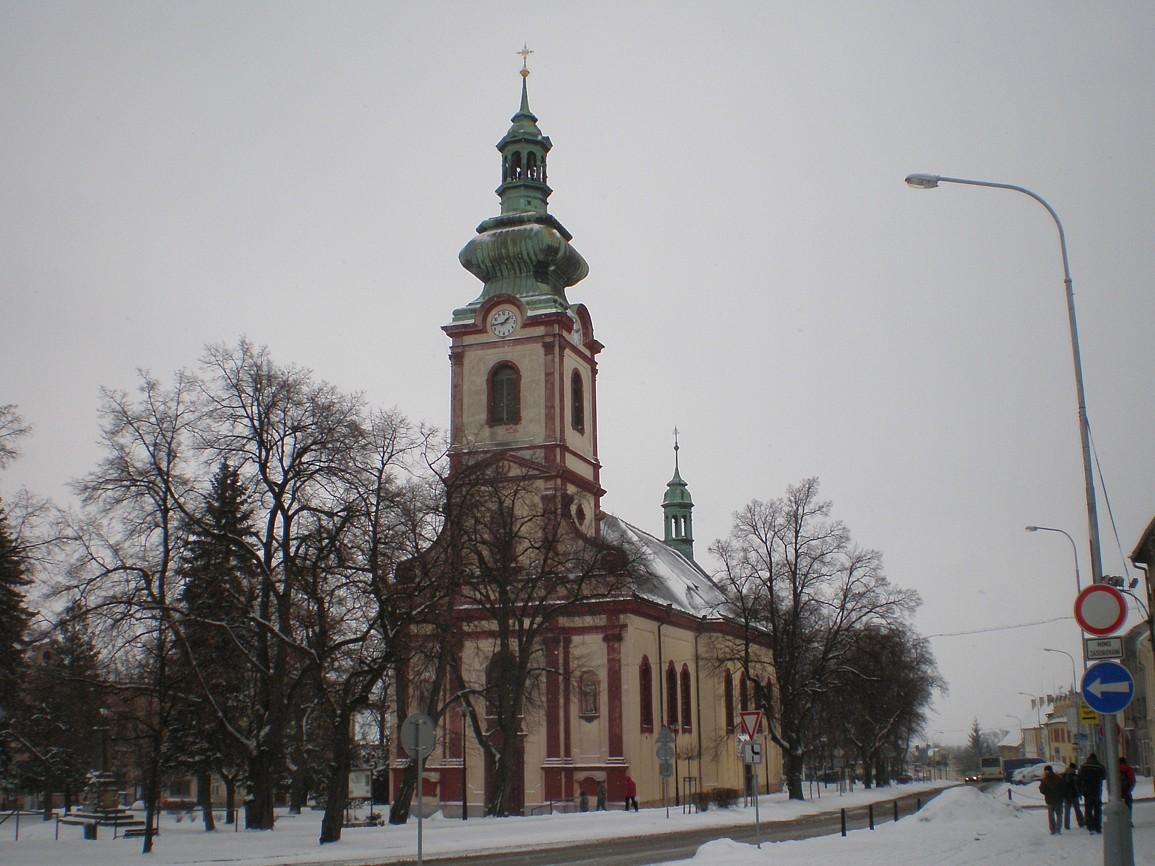 Kostelec nad Černými lesy - náměstí s kostelem svAndělů strážných
