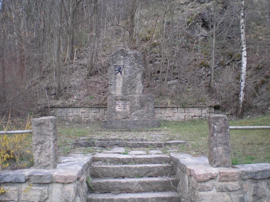 pomník padlým u zastávky Lomy