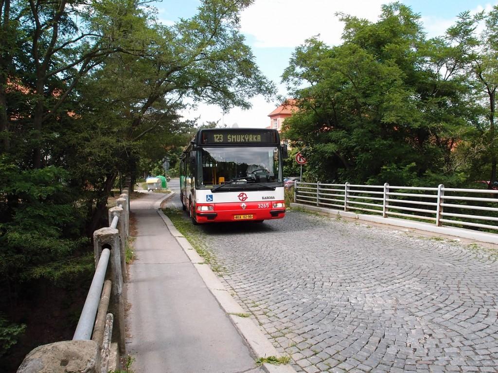 123a - autobus linky 123 na železničním nadjezdu v ulici U lesíka
