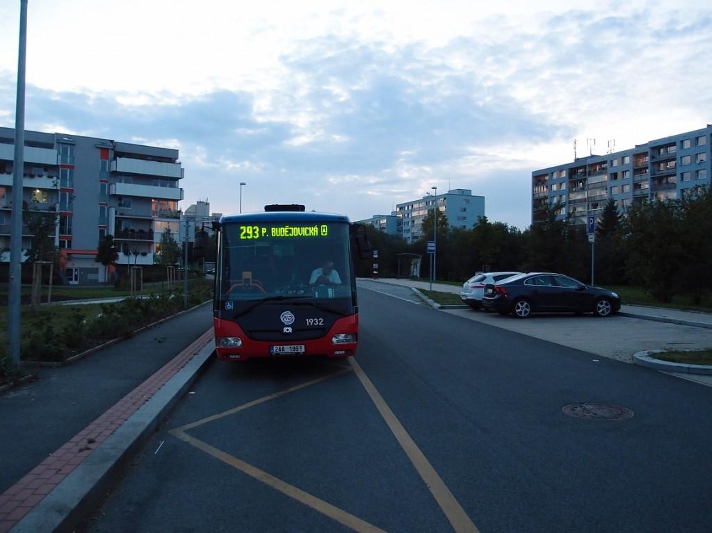 293 - Autobus linky 293 v zastávce Milíčov