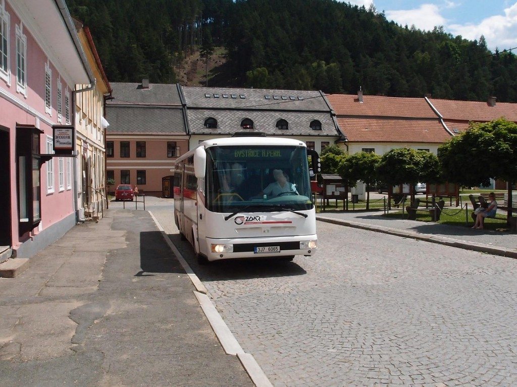 Autobus linky 840305 směr Bystřice nad Pernštejnem v Jimramově.
