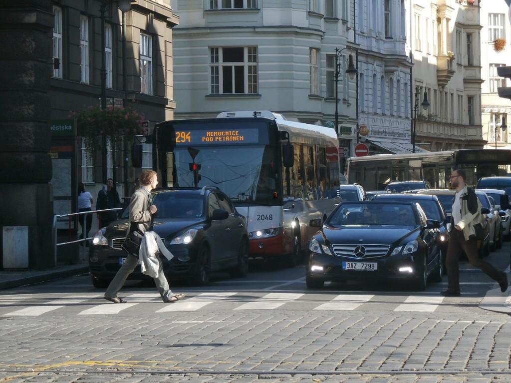 Včerejší odklon linky 294 Kaprovou ulicí, kvůli neprůjezdnosti ulice Žatecké, díky špatně zaparkovanému autu.