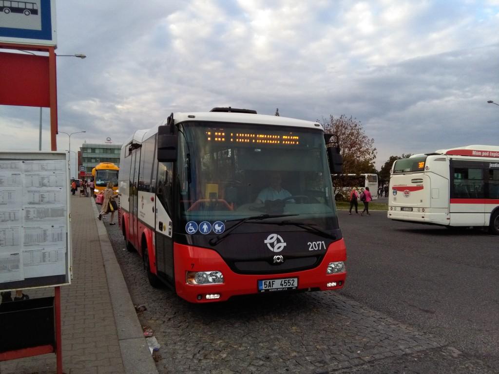 Linka 130 opouští výstupní zastávku Zličín