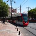 Tramvaj linky T1 směr Bağcilar projíždí kolem chrámu Hagia Sofia směrem k zastávce Sultanahmet.