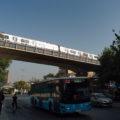 Autobus linky 82 a nad ním metro linky M2 projíždějící po mostě za stanicí Haliç.