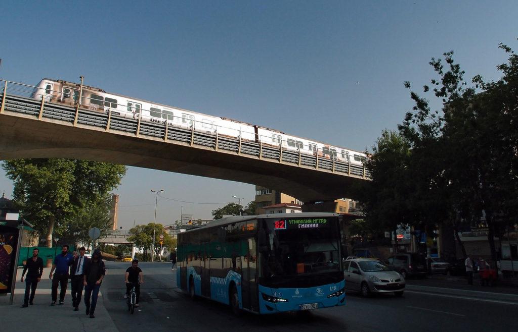 Autobus linky 82 a metro M2 u mostu přes Haliç v dolní části Beyoğlu (foto: OK)