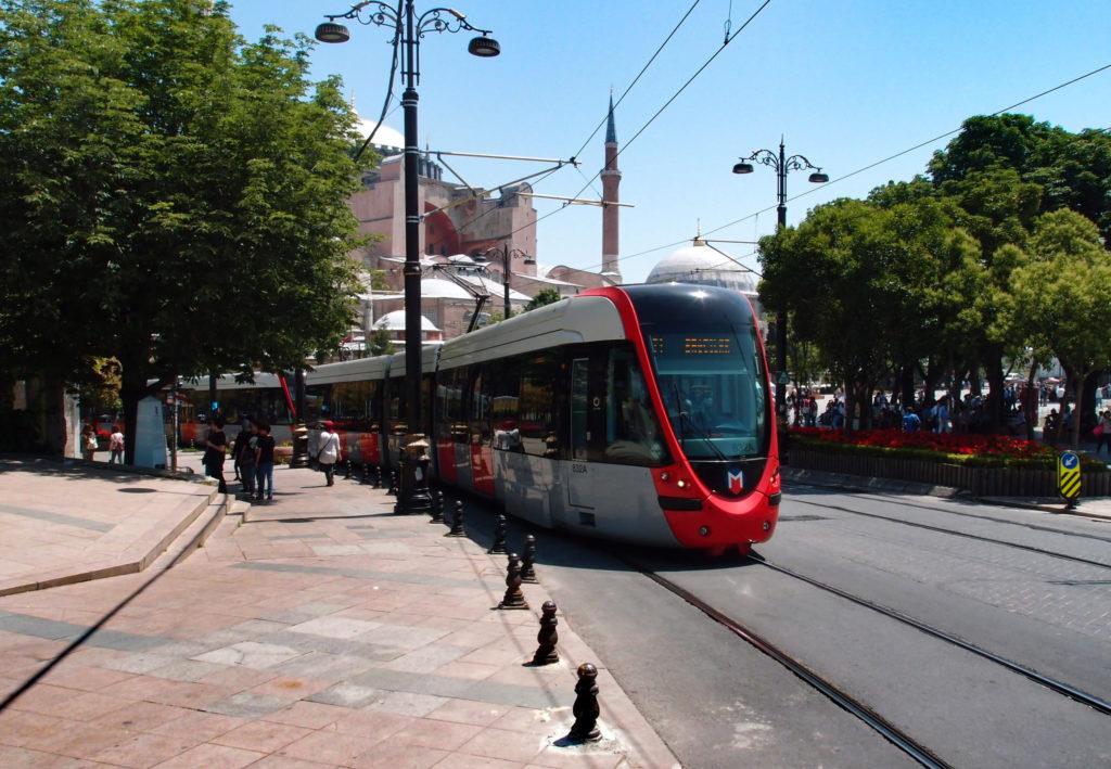 Tramvaj linky T1 směr Bağcilar v centru Istanbulu, v pozadí chrám Hagia Sofia (foto: OK)