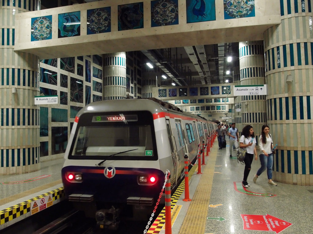 Metro linky M2 ze směru Haciosman v konečné stanici Yenikapi (foto: OK)