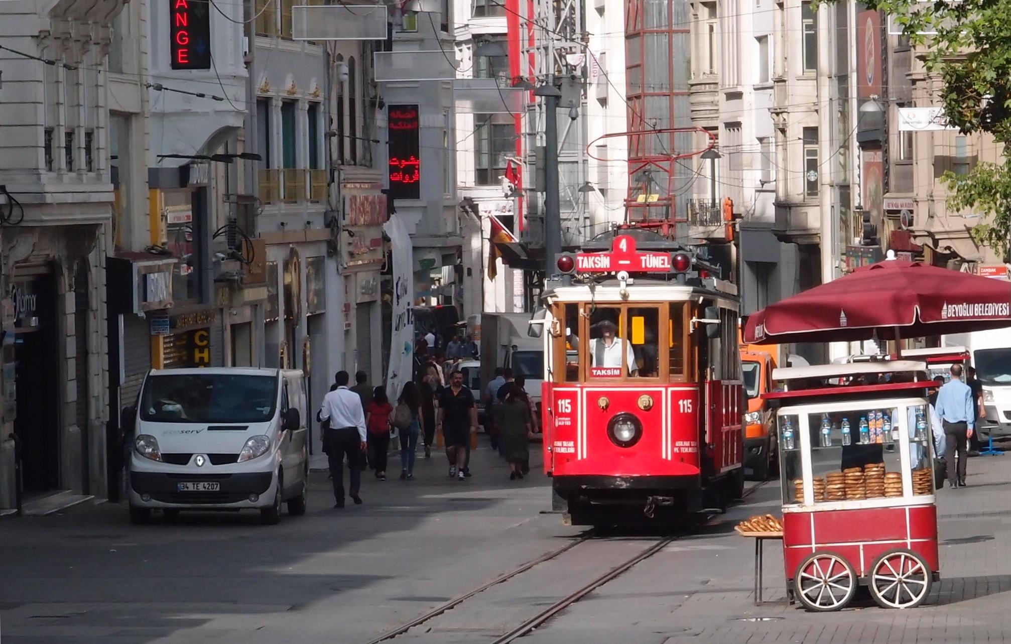 Tramvaj linky T2 se ulicí Istiklai blíží k zastávce Taksim.