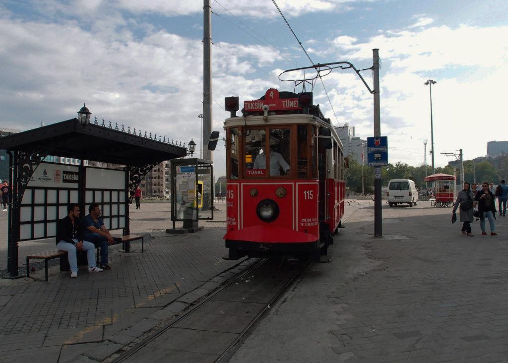 Historická tramvajová linka T2 se připravuje k odjezdu z nástupní zastávky Taksim (foto: OK)