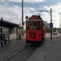 Historická tramvaj na lince T2 směr Tünel přijíždí do nástupní zastávky Taksim.