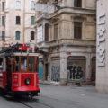 Tramvaj linky T2 směr Taksim na své trase čtvrtí Beyoğlu.
