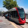 Tramvaj T1 v zastávce Kabataş se, vysadivši přijevší cestující, chystá odbavit lidi jedoucí na opačnou stranu - do směru Bağcilar.